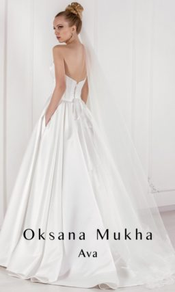 Атласное свадебное платье с декольте в форме сердца и скрытыми карманами.