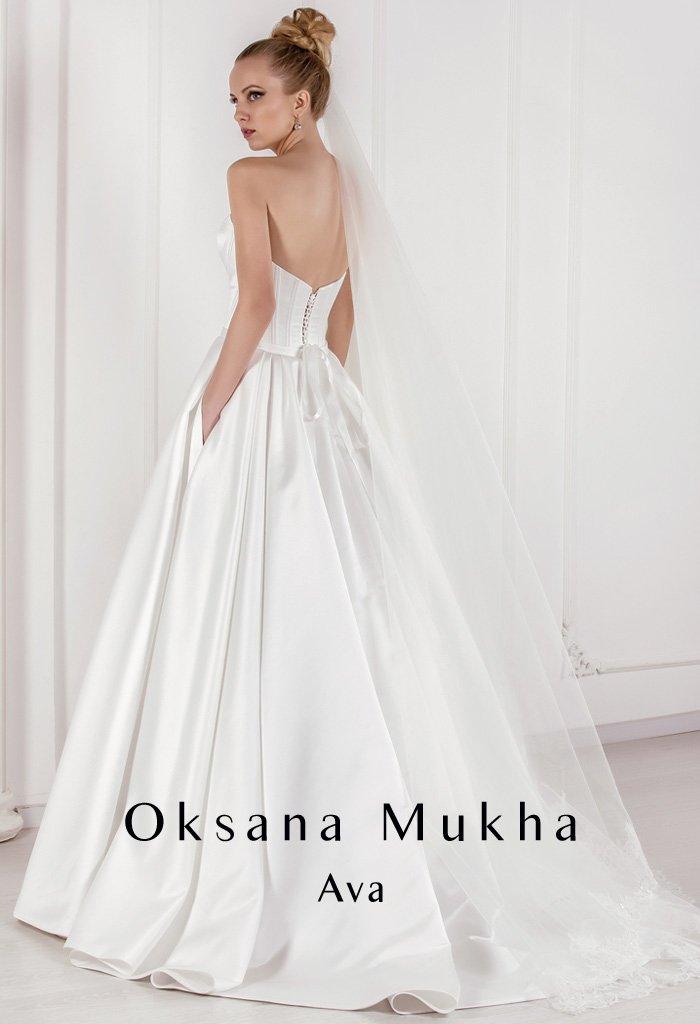 Атласное свадебное платье А-силуэта с декольте в форме сердца и скрытыми карманами.