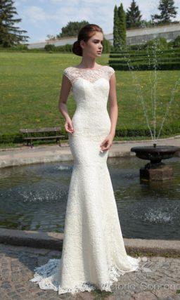 Ажурное свадебное платье с силуэтом «рыбка» и глубоким V-образным вырезом сзади.