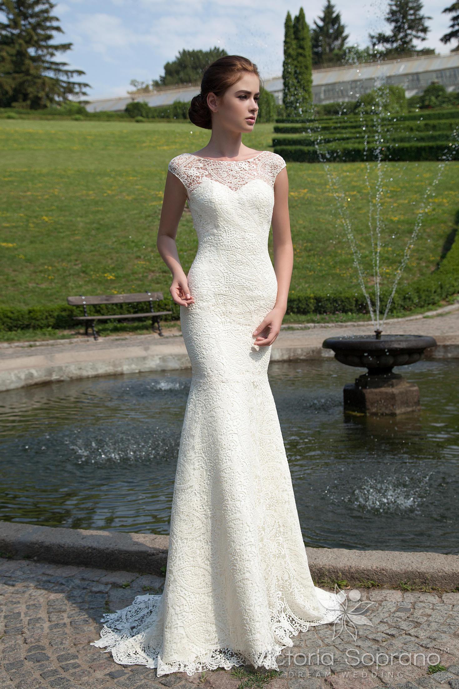 8e5a94a4e84 Ажурное свадебное платье с силуэтом «рыбка» и глубоким V-образным вырезом  сзади.