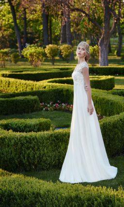 Свадебное платье с ампирным силуэтом и ажурной отделкой лифа.