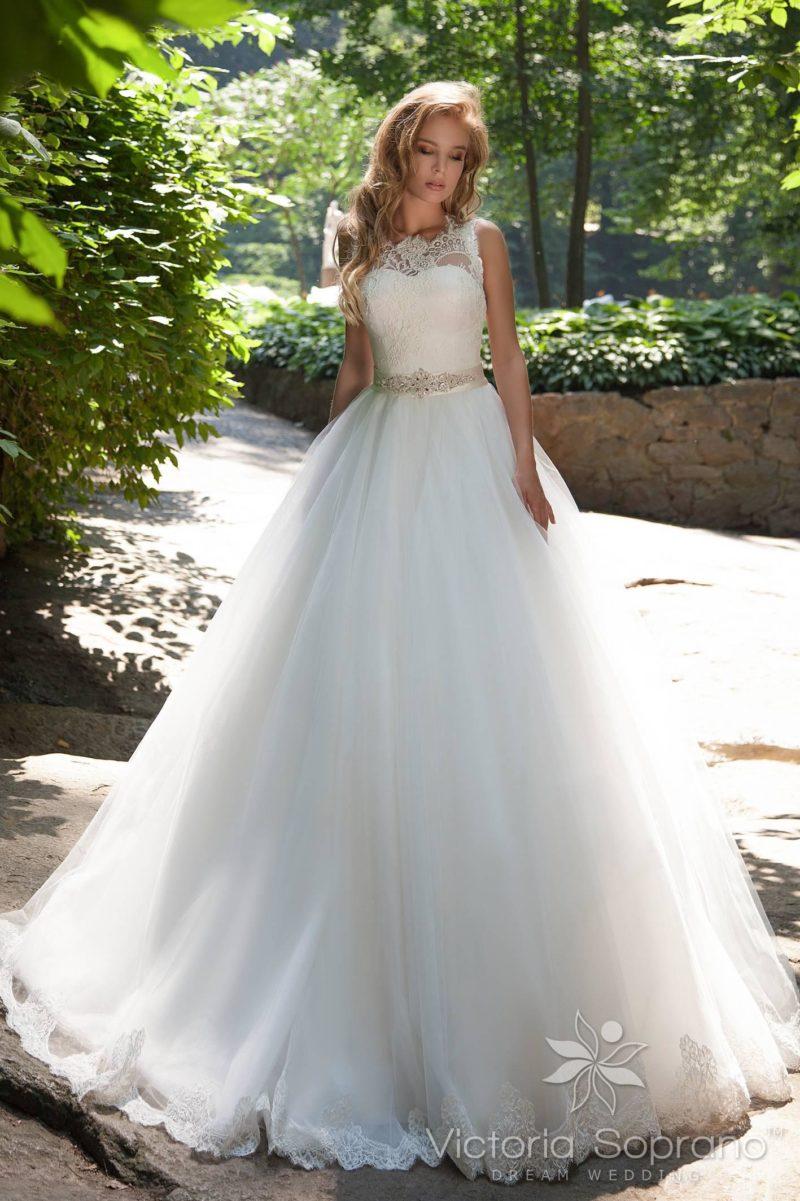 Свадебное платье  с кружевным верхом и атласным кремовым поясом.