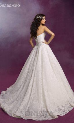 Открытое свадебное платье силуэта «принцесса» с ажурной верхней юбкой.
