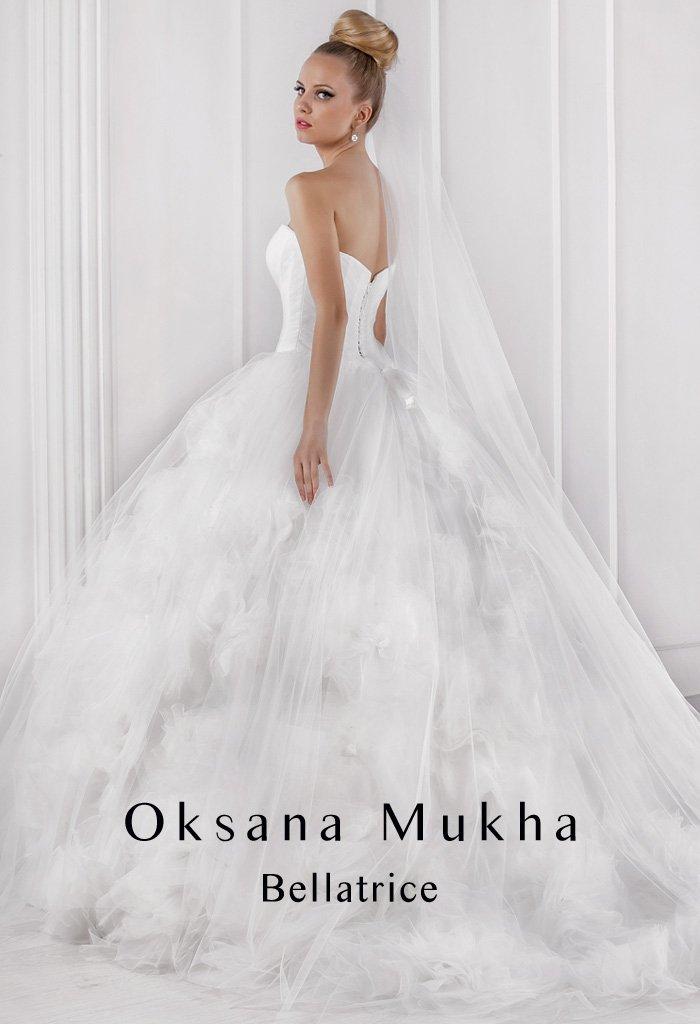 Изысканное свадебное платье с лаконичным открытым корсетом и потрясающей пышной юбкой.