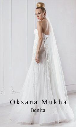 Женственное свадебное платье силуэта «рыбка» с вышивкой на открытом корсете и многослойной юбкой.