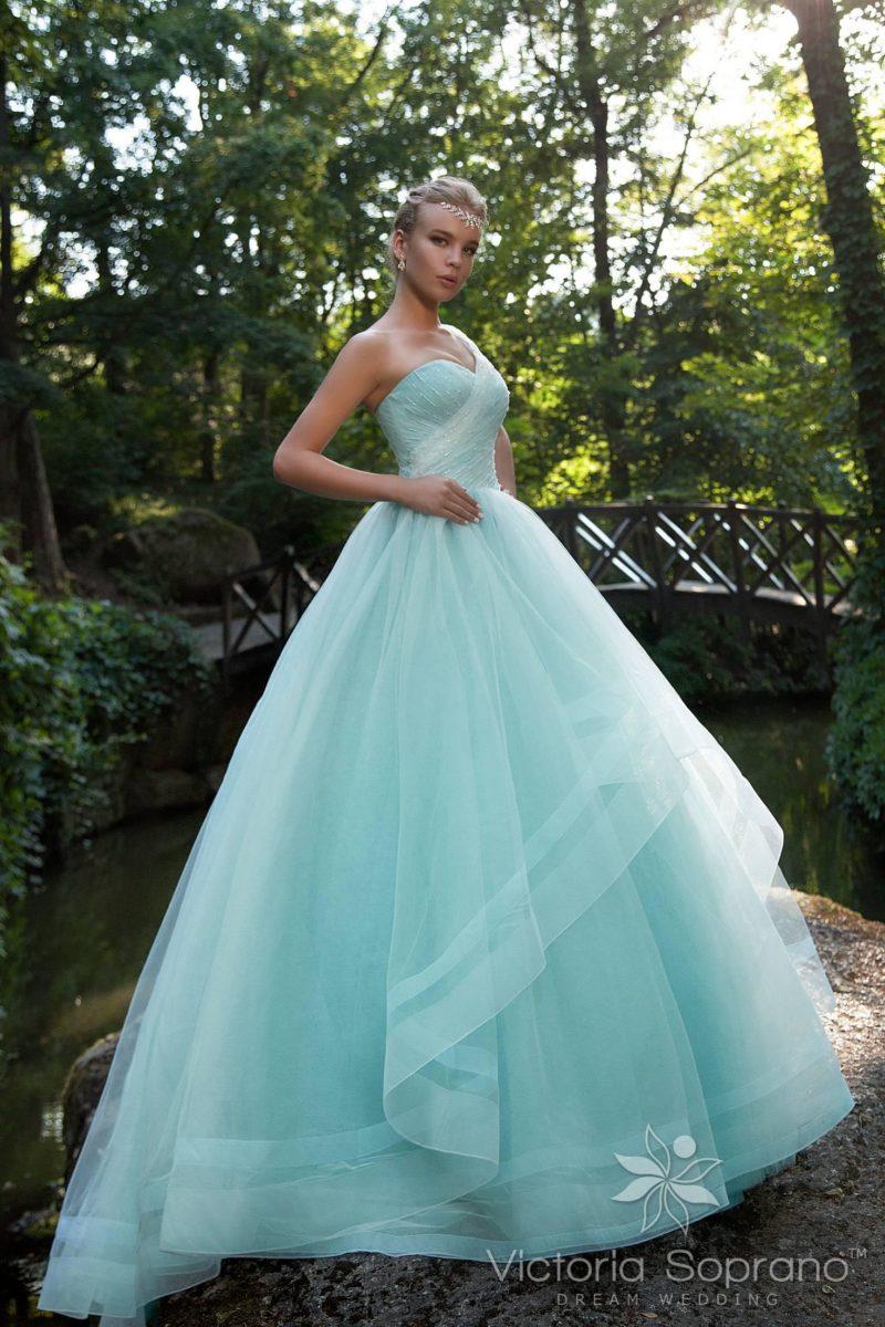 Пышное свадебное платье пастельного голубого цвета с асимметричной бретелью.