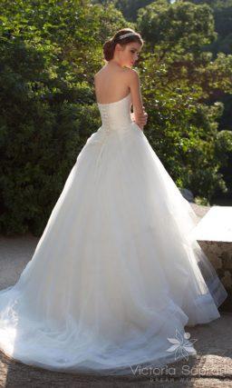 Свадебное платье с драпировками по корсету и подолу.