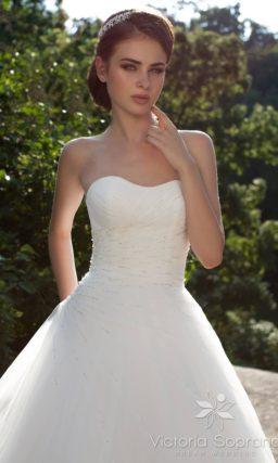 Свадебное платье силуэта «принцесса» с драпировками по корсету и подолу.