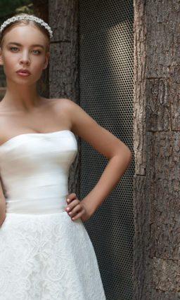 Свадебное платье с атласным корсетом и ажурным болеро.