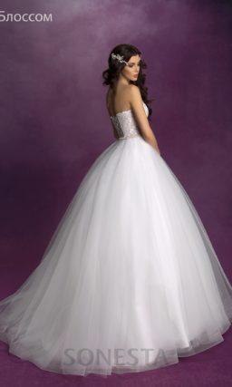 Свадебное платье А-силуэта с бежевым корсетом, оформленным белым кружевом.