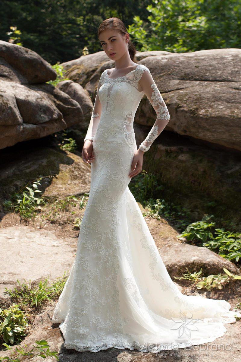 Свадебное платье силуэта «рыбка» с элегантными полупрозрачными рукавами.