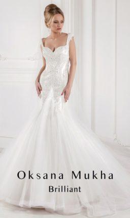 Свадебное платье силуэта «рыбка» из роскошной глянцевой ткани с декором из вышивки и шлейфом.