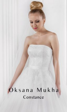 Стильное свадебное платье с открытым корсетом с лифом прямого кроя и юбкой А-силуэта.