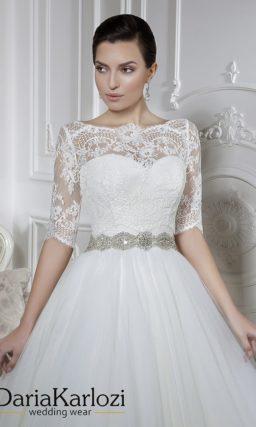 Свадебное платье с лифом в форме сердечка и сверкающим поясом.