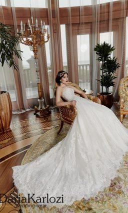 Открытое свадебное платье силуэта «принцесса» с кружевной отделкой юбки.