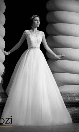 Свадебное платье с округлым вырезом и широкими кружевными бретелями.
