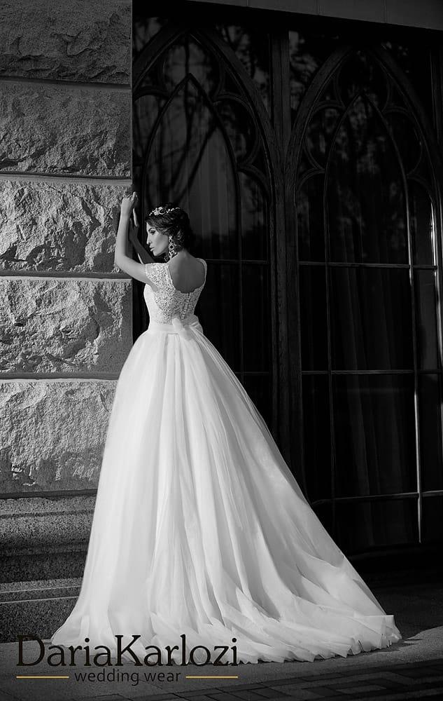 Свадебное платье «принцесса» с округлым вырезом и широкими кружевными бретелями.