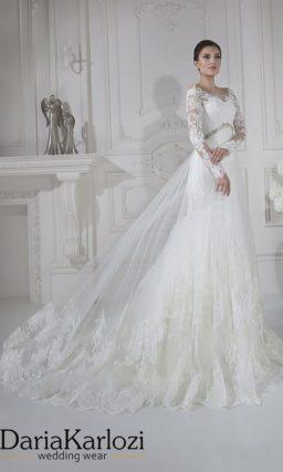 Свадебное платье силуэта «рыбка» с длинным рукавом и прозрачной верхней юбкой.