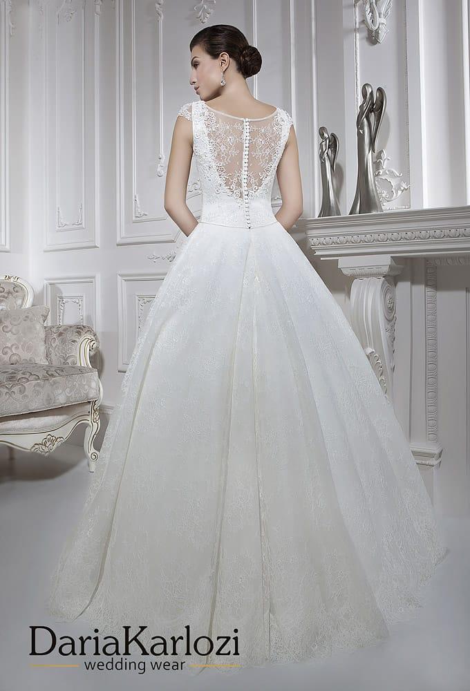 Закрытое свадебное платье «принцесса» с узким поясом и ажурной спинкой.