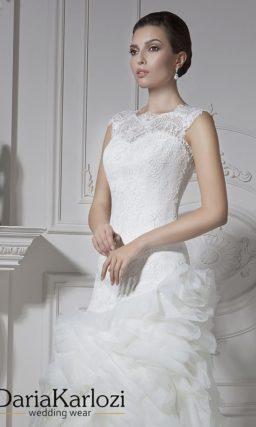 Свадебное платье силуэта «рыбка» с объемным подолом, покрытым оборками.
