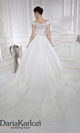 Элегантное свадебное платье с кружевным декором и фигурным лифом.