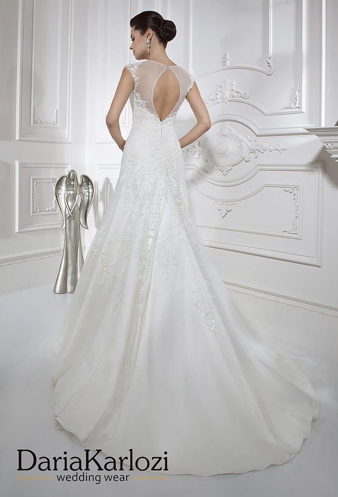 Свадебное платье силуэта «рыбка» с вырезом «замочная скважина» сзади.