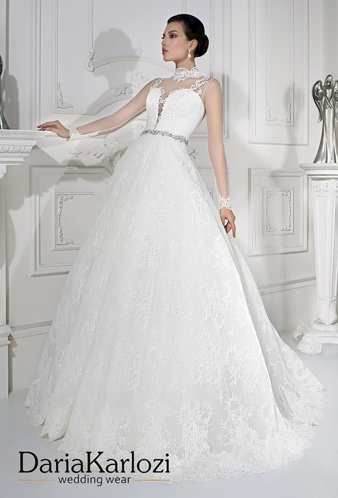 Свадебное платье «принцесса» с блестящим поясом и воротником-стойкой.