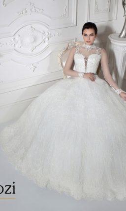 Свадебное платье с блестящим поясом и воротником-стойкой.