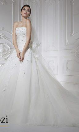 Классическое свадебное платье с вышивкой на корсете.