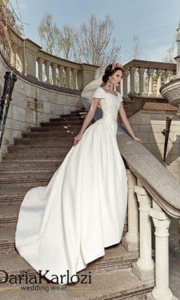 Свадебное платье из плотной атласной ткани с длинным шлейфом.