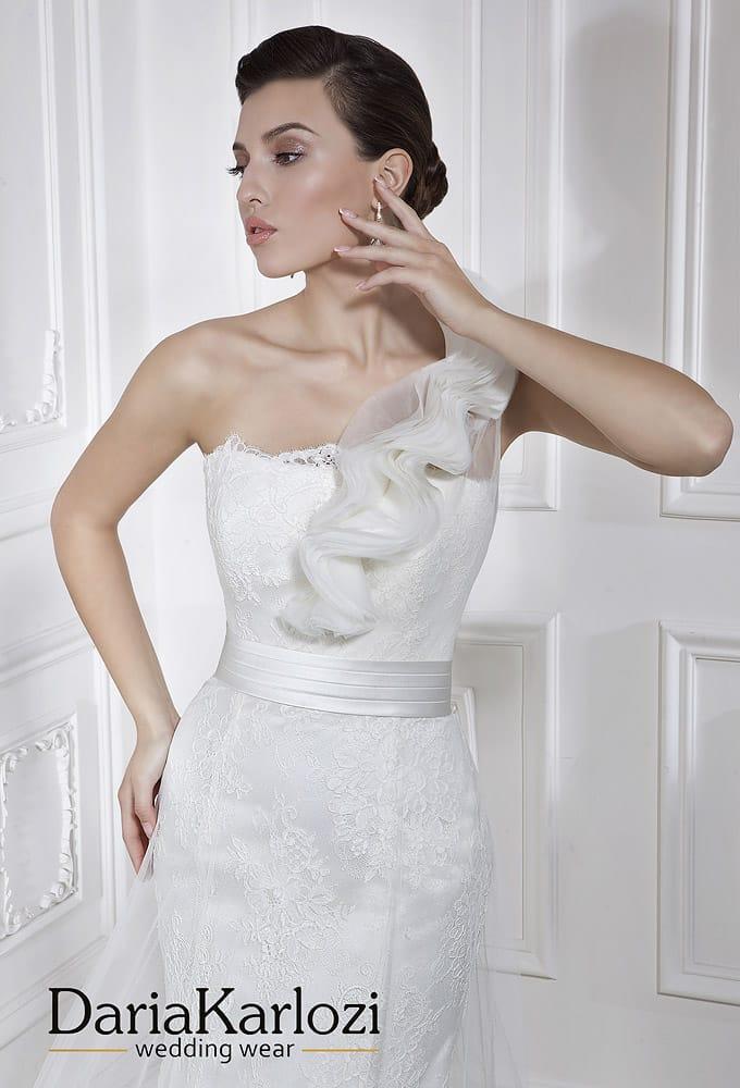 Открытое свадебное платье «рыбка» с широким поясом, украшенным бисером.
