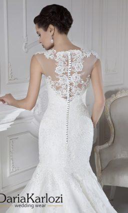 Лаконичное свадебное платье силуэта «рыбка» с кружевной спинкой.
