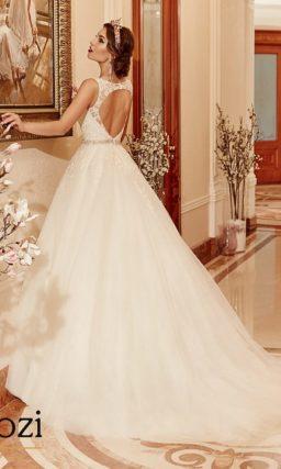 Торжественное свадебное платье с открытой спинкой.