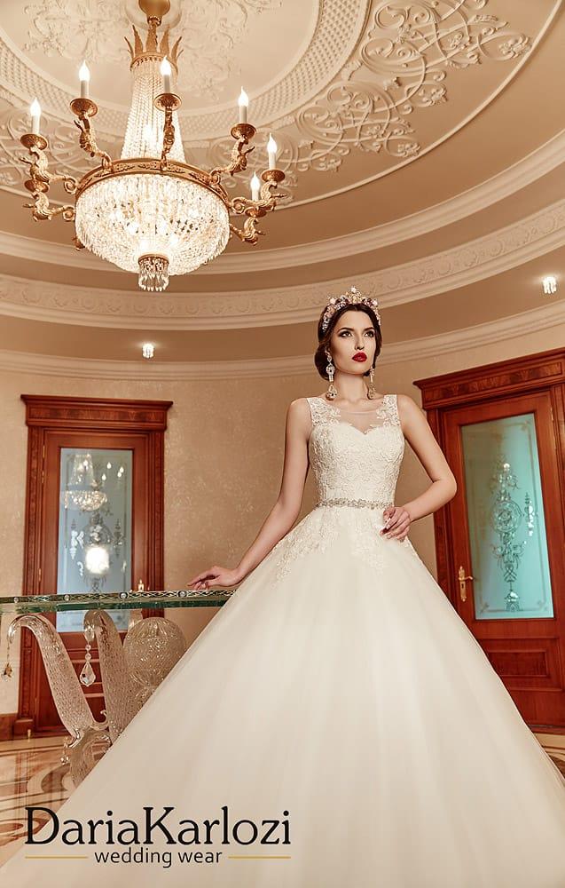 Торжественное свадебное платье силуэта «принцесса» с открытой спинкой.