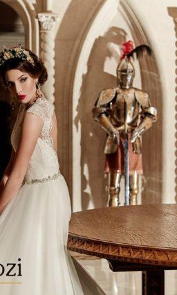 Роскошное свадебное платье с узким блестящим поясом.