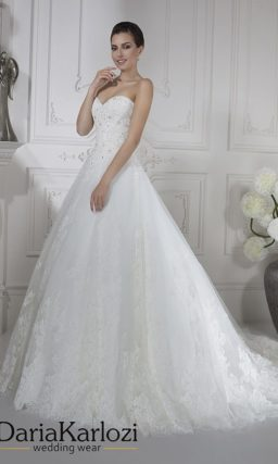 Открытое свадебное платье «принцесса» с бисерной отделкой верха.