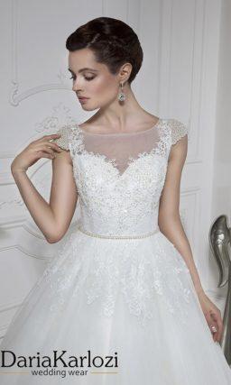 Свадебное платье «принцесса» с верхом, расшитым бисером, и длинным шлейфом.