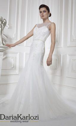 Закрытое свадебное платье силуэта «русалка» с узким поясом на талии.