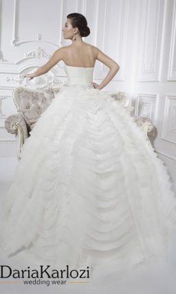 Свадебное платье с оборками на юбке