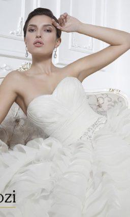 Свадебное платье с множеством горизонтальных оборок на юбке.