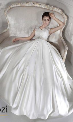 Свадебное платье силуэта «принцесса» с атласной юбкой и фигурным кружевным вырезом.