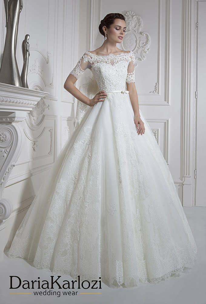 Изысканное свадебное платье «принцесса» с портретным вырезом и короткими рукавами.