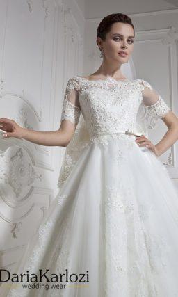 Изысканное свадебное платье с портретным вырезом и короткими рукавами.