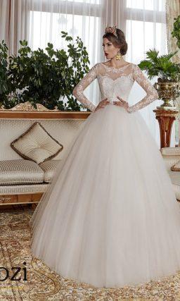 Закрытое свадебное платье с длинными ажурными рукавами и узким поясом.