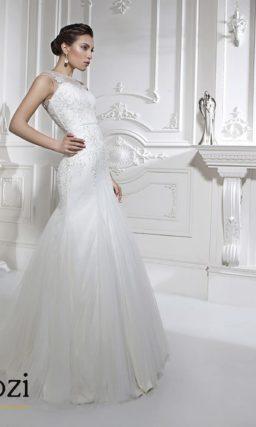 Закрытое свадебное платье «рыбка» с узким поясом и полупрозрачной спинкой.