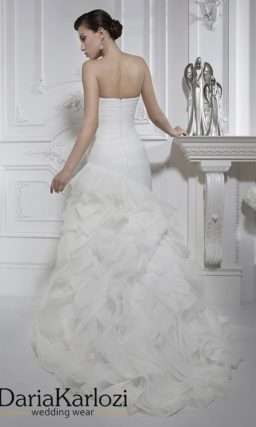 Открытое свадебное платье силуэта «рыбка» с декором из драпировок и оборок.