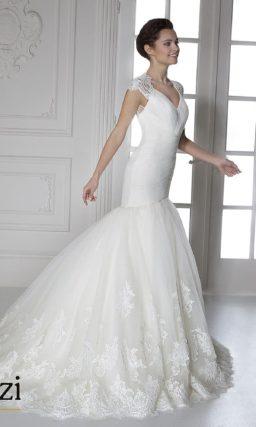 Свадебное платье «рыбка» с кружевными бретелями и аппликациями на юбке.