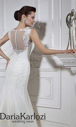 Сдержанное свадебное платье силуэта «рыбка» с полупрозрачной вставкой на спинке.