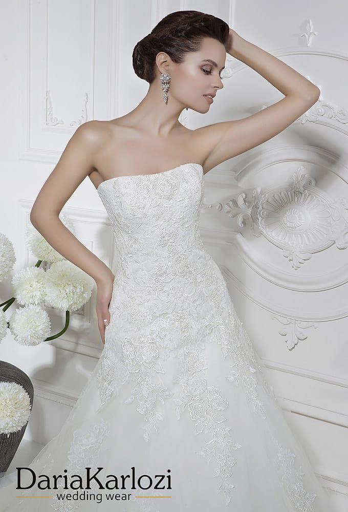 Кружевное свадебное платье силуэта «принцесса» с заниженной талией.