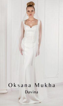 Свадебное платье с силуэтом «рыбка» и открытым лифом, выполненное из роскошной атласной ткани.